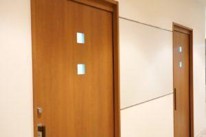 待合から見た診察室扉